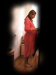 16 pictures - Lovely pregnant woman photographed through the keyhole in the moment of changing her dress